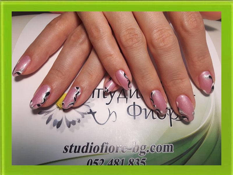 маникюр с гел лак в нежно розово и черно и бяло декорация